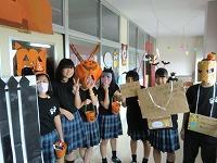 文化祭で仮装する生徒