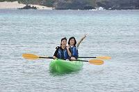 沖縄の海でボートに乗る様子
