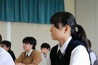 熱心に耳を傾ける生徒