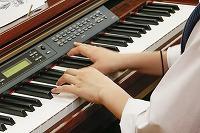 電子ピアノを弾く生徒