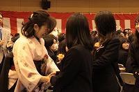 先生と握手を交わす卒業生
