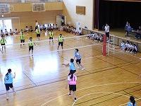 バレーボールをする生徒