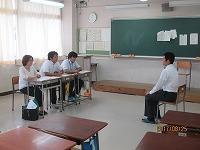 面接官3名と模擬面接する男子生徒