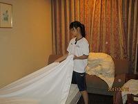 ホテルのベッドメーキングを実習している様子