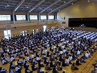 全生徒が体育館フロアに整列着席しています