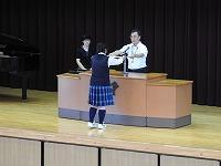 資格取得の表彰 対象生徒舞台へ