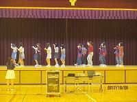 生徒がダンスする様子
