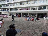 中庭で仮装し授業発表でダンスする生徒たち