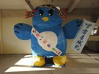 文化祭で製作した城太朗像が生徒へ向けてメッセージのタスキをかけています。