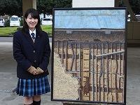 冨田さんと作品の絵の写真