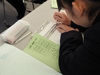 点字実習をしている生徒