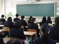 教室で放送を聞く生徒