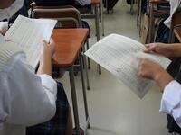 議案書を確認する生徒