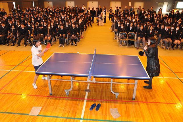生徒と卓球の様子