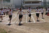 100mを全力疾走する生徒