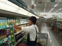 スーパーで陳列を行う生徒